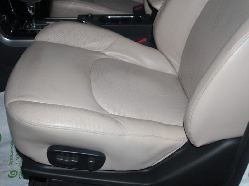 После реставрации и покраски кожи автомобильного сиденья